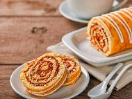 Домашен сладкиш от пандишпаново руло намазано с конфитюр от ягоди или мармалад